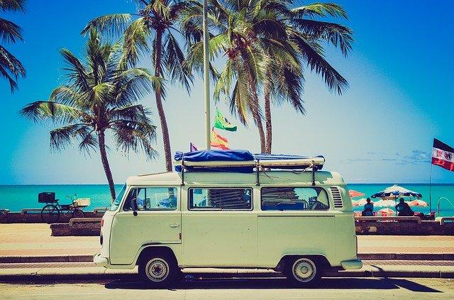 auto u pláže