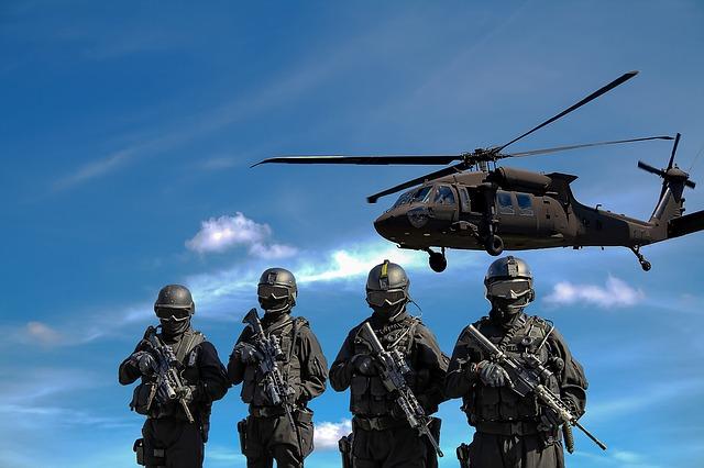 vrtulník nad vojáky